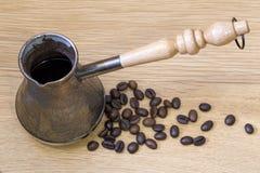 Cezve und Kaffeebohnen Kopi Luwak Lizenzfreies Stockbild