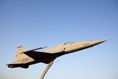 CF-5 aposentado no meio de um carrossel imagens de stock royalty free
