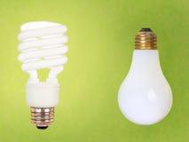 CFL e lampadine normali su verde Fotografia Stock Libera da Diritti