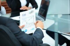 CFO bekijkt een grafiek van de financiële situatie van het bedrijf royalty-vrije stock foto's
