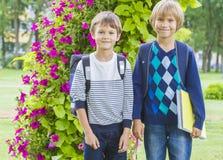 Cgildren, das über zur Schule zurück gehen sehr aufgeregt sich fühlt Stockfotografie