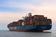 CGM Eiffel контейнеровоза CMA стоя на дорогах на анкере Залив Nakhodka Восточное море (Японии) 30 06 2015 Стоковая Фотография RF