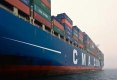 CGM Gidra σκαφών εμπορευματοκιβωτίων CMA που στέκεται στους δρόμους στην άγκυρα Κόλπος Nakhodka Ανατολική (Ιαπωνία) θάλασσα 22 07 Στοκ φωτογραφία με δικαίωμα ελεύθερης χρήσης