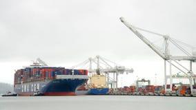 CGM LYRA грузового корабля CMA входя в порт Окленд стоковое изображение
