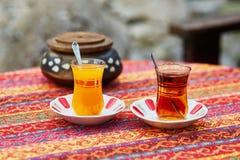 Chá alaranjado e preto turco em vidros tradicionais Foto de Stock