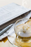 Chá, ball-point e jornal quentes Foto de Stock