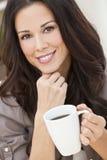 Chá bebendo bonito ou café da mulher nova foto de stock royalty free