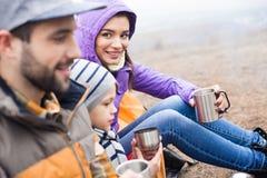 Chá bebendo da família dos copos do metal Imagem de Stock
