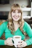Chá bebendo da jovem mulher Fotografia de Stock