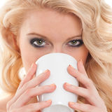 Chá bebendo da jovem mulher bonita foto de stock royalty free