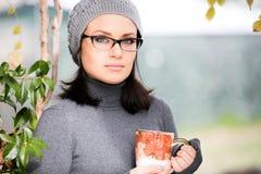 Chá bebendo da jovem mulher bonita em um grande Foto de Stock Royalty Free