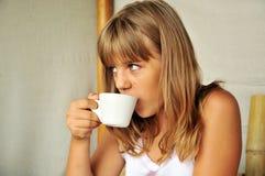 Chá bebendo da menina foto de stock