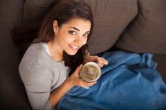 Chá bebendo da menina bonita em casa Fotos de Stock