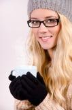Chá bebendo da menina do inverno imagens de stock royalty free