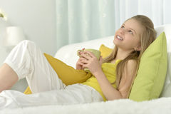 Chá bebendo da menina na cama imagem de stock