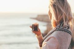 Chá bebendo da mulher fora foto de stock royalty free