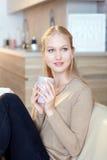Chá bebendo da mulher natural da beleza em casa fotografia de stock royalty free