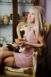 Chá bebendo da mulher nova Foto de Stock