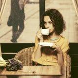 Chá bebendo da mulher nova triste da forma no restaurante imagem de stock