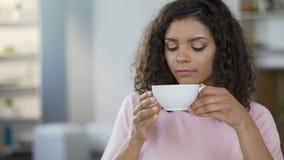 Chá bebendo da mulher da raça consideravelmente misturada, recusando adicionar o açúcar, controle do açúcar no sangue vídeos de arquivo