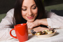 Chá bebendo da senhora bonita Imagem de Stock