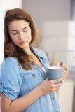 Chá bebendo Daydreaming da mulher em casa Fotografia de Stock Royalty Free