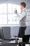 Chá bebendo de pensamento do homem de negócios Fotografia de Stock Royalty Free