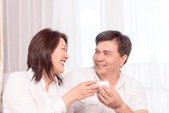 Chá bebendo de sorriso da família asiática fotografia de stock