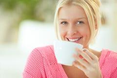 Chá bebendo de sorriso da mulher imagens de stock royalty free
