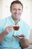 Chá bebendo do homem adulto meados de Fotografia de Stock Royalty Free