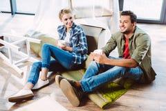 Chá bebendo dos pares no apartamento novo imagens de stock royalty free