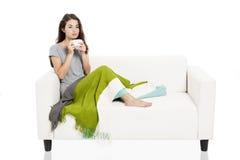Chá bebendo no sofá foto de stock royalty free