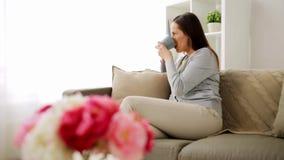 Chá bebendo ou café da mulher feliz em casa video estoque