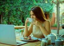 Chá bonito da bebida da moça e sonho fora fotografia de stock