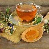 Chá, camomila e mel Fotos de Stock Royalty Free