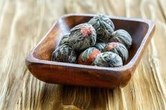 Chá chinês de florescência em uma bacia de madeira Fotografia de Stock Royalty Free
