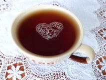 Chá com amor de um coração puro foto de stock
