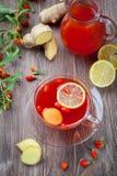 Chá com as bagas frescas do goji Imagens de Stock Royalty Free