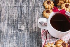 Chá com as cookies no fundo de madeira Imagens de Stock