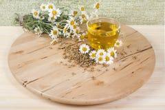 Chá com flores da camomila Fotos de Stock Royalty Free