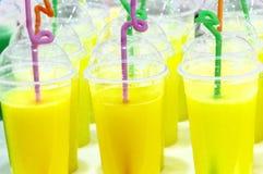 Chá com leite e sumo de laranja foto de stock