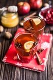 Chá com limão e mel no fundo de madeira Fotografia de Stock Royalty Free