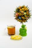Chá com limão e uma árvore de Natal no fundo branco Imagens de Stock Royalty Free