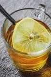Chá com limão em um vidro fotos de stock royalty free