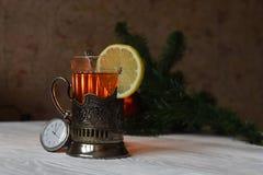 Chá com o limão em meu suporte de copo com colher Foto de Stock
