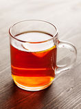 Chá com o limão na caneca de vidro na tabela de madeira Imagem de Stock Royalty Free