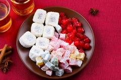 Chá com rahat e frutos secados em uma tabela imagem de stock