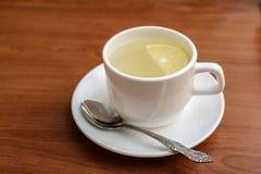 Chá com um limão em um copo Imagens de Stock Royalty Free