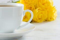 Chá com um ramalhete de rosas amarelas Fotografia de Stock Royalty Free
