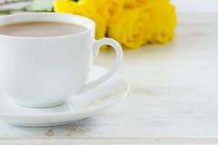 Chá com um ramalhete de rosas amarelas Foto de Stock Royalty Free